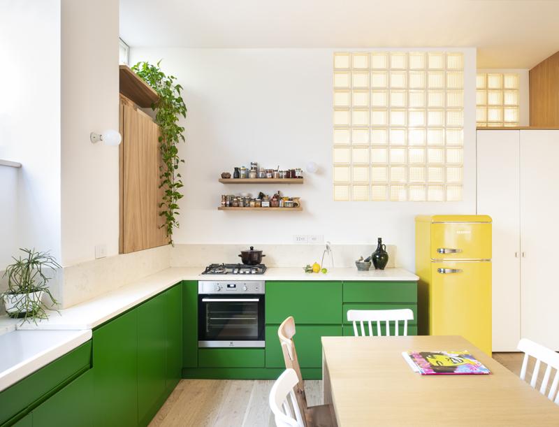cucina verde frigor giallo green kitchen yellow fridge